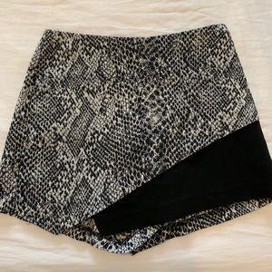 Black and white snake pattern Skort